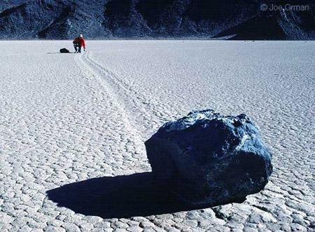 Las misteriosas piedras movedizas del Valle de la Muerte