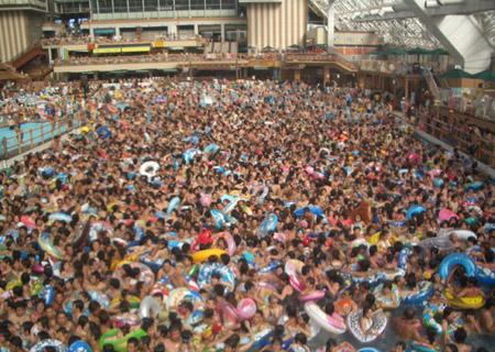 Pileta repleta de bañistas en Japón
