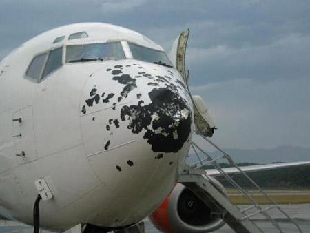 Boeing 737 con impactos de granizo