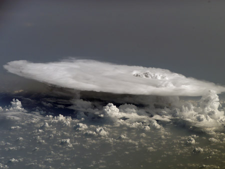 Colosal nube cumulonimbus sobre Africa Occidental