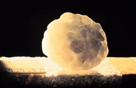 Bloque de hielo caído del cielo, del doble del tamaño de una pelota de tenis
