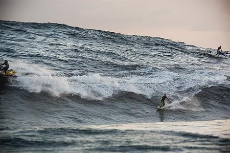 Kerby Brown, surfeando sobre una ola de más de 12 metros de altura