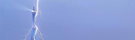 La Torre Eiffel, alcanzada por un rayo