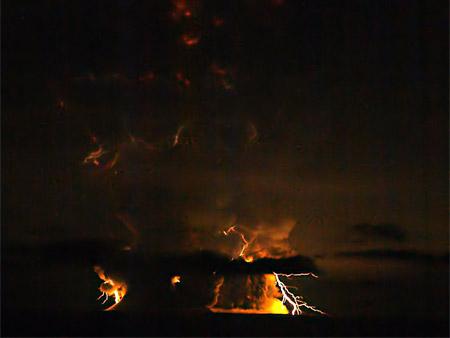 Relámpagos sobre el volcán Redoubt, Alaska