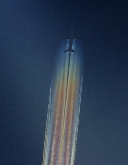 Estela de avión iridiscente