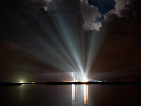El rayo que demoró la salida del transbordador Discovery