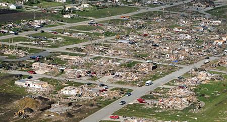 Tornado destruyendo una casa en segundos
