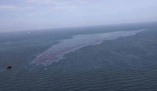 Crude oil spilled into the sea in Rayong province