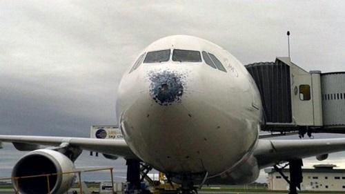 Granizo golpea avion