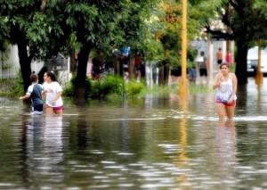 zzzznacg2 NOTICIAS ARGENTINAS SANTA FE, MARZO 3: aspefcto de la Avenida Facundo Zuviria anegada por las intensas luvia que afcetan a esta ciudad. Foto NA: Eduardo Seval zzzz