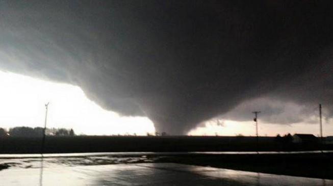 fuerte-tornado-toca-tierra