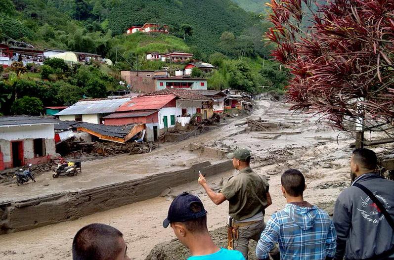 Habitantes-destrozos-avalancha-Salgar-Colombia
