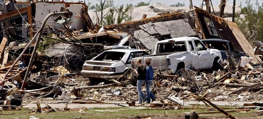 LWS14. PICHER (EEUU), 11/05/08.- Dos residentes caminan junto a los restos de una casa hoy, 11 de mayo de 2008, luego de que un tornado destruyera el pueblo y matara a siete personas en Picher, Oklahoma (EE.UU.). La tormenta que produjo el tornado en Picher también produjo tornados en Missouri matando alrededor de 20 personas en varios estados. EFE/Larry W. Smith