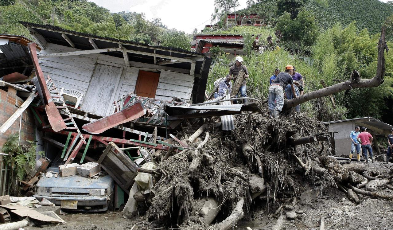 MED707. SALGAR (COLOMBIA), 18/05/2015.- Habitantes y rescatistas buscan cuerpos de víctimas de una riada ocasionada por la quebrada Liborina hoy, lunes 18 de mayo de 2015, en el municipio de Salgar (Colombia). La tragedia se abatió hoy sobre Salgar, un pueblo de agricultores del noroeste de Colombia, donde al menos 48 personas murieron, 37 resultaron heridas y un número indeterminado están desaparecidas por una riada que arrasó con una de las aldeas enclavadas en el territorio municipal. EFE/Luis Eduardo Noriega