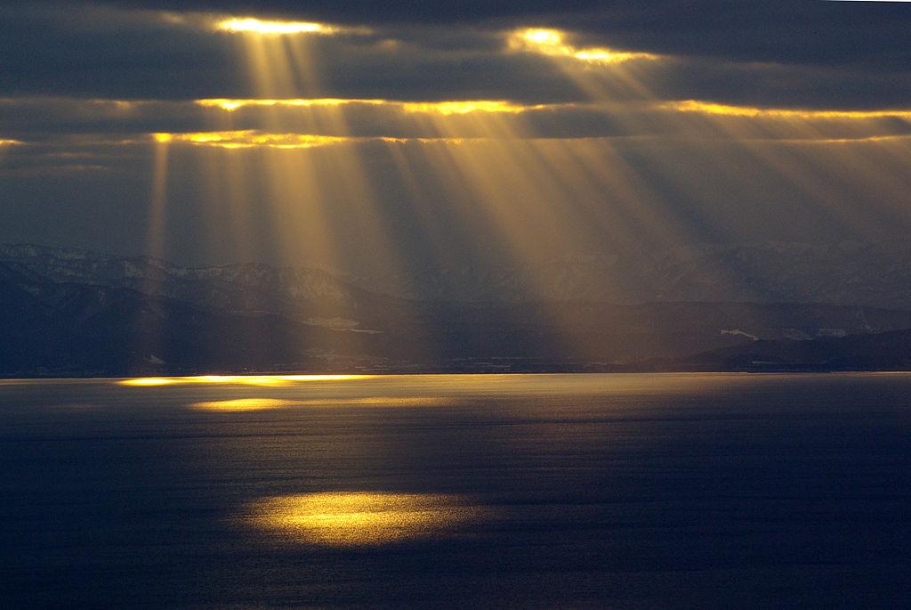 Linternas desde el cielo sobre el mar