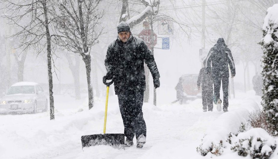 A man shovels snow during a storm in Toronto, February 8, 2013.    REUTERS/Mark Blinch (CANADA - Tags: ENVIRONMENT)
