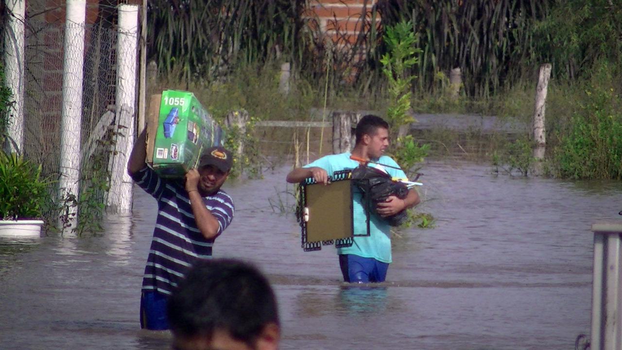 Télam, 07/04/2016 - Corrientes La localidad correntina de Esquina, es una de las mas afectadas por las inundaciones generadas por las intensas lluvias caídas en el sur de la provincia, donde el personal de Bomberos Voluntarios, Prefectura Naval y Gendarmeria Nacional, colaboran en la evacuación de los damnificados que ya suman más de 4.000 en toda la provincia. Foto: Gentileza, Actualidadesquina