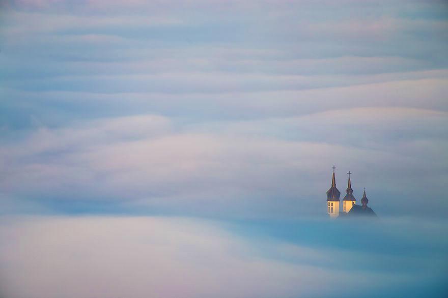 Niebla cubriendo un pequeño pueblo en Polonia
