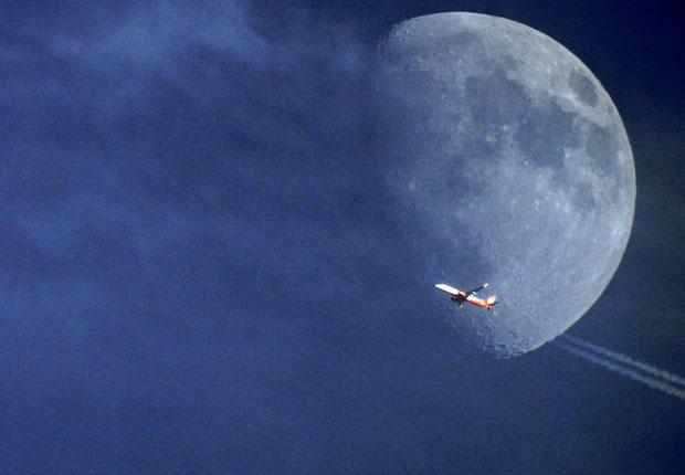 Avion frente a la Luna 2
