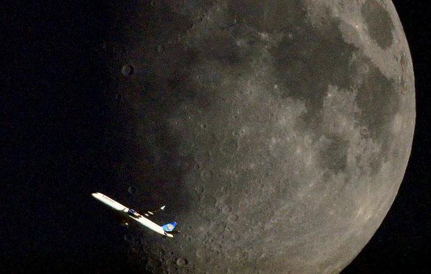 Avion frente a la Luna 3