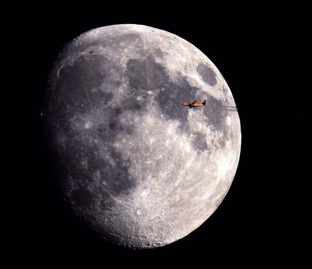 Avion frente a la Luna 4
