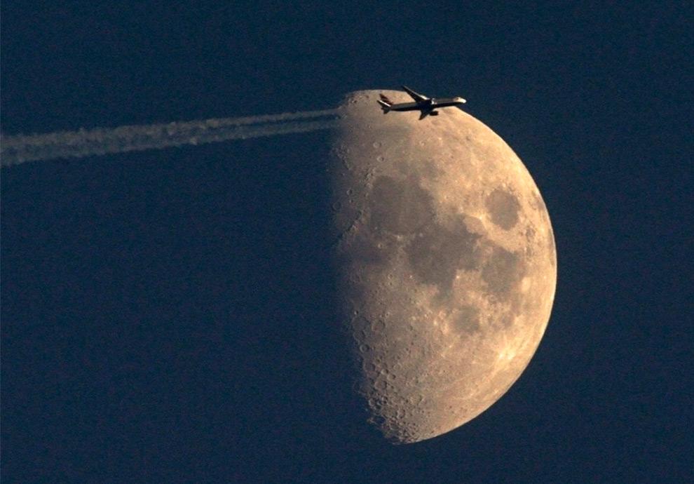 Avion frente a la Luna 6