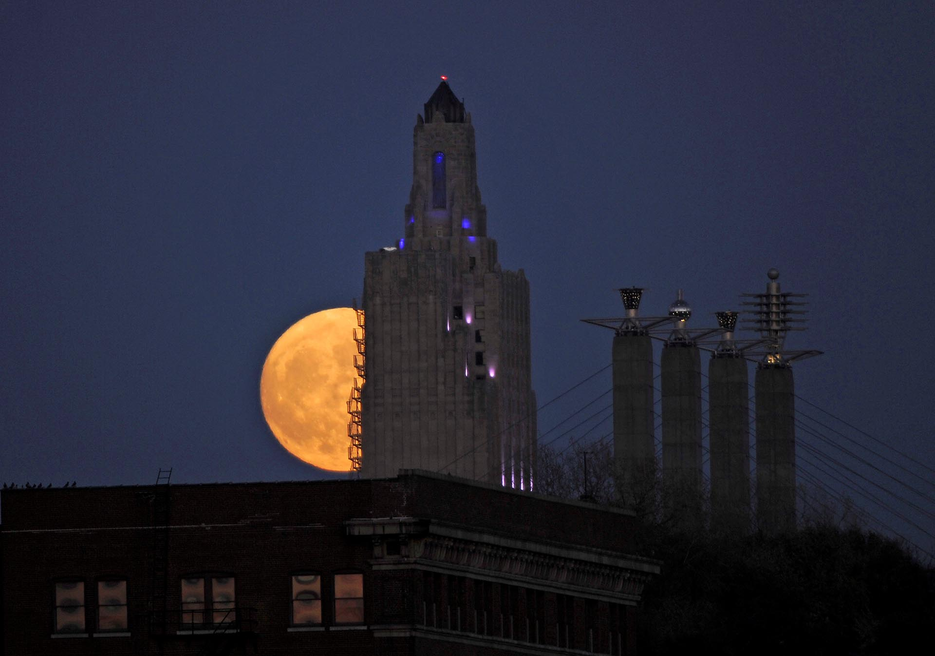 """The """"supermoon"""", the closest the moon comes to Earth since 1948, rises over the Power and Light building in downtown Kansas City, Missouri, U.S., November 13, 2016. REUTERS/Dave Kaup"""