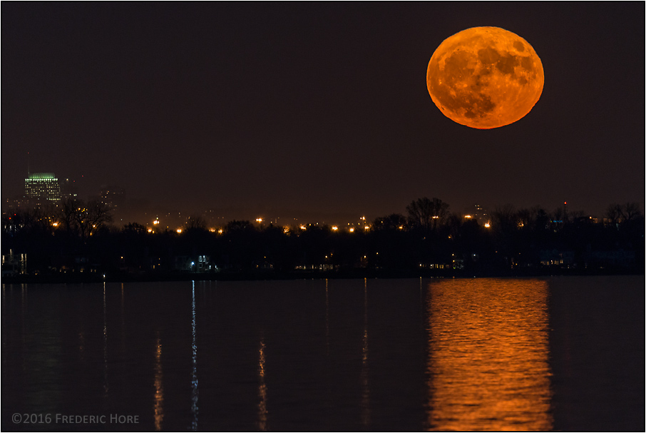 frederic-hore-supermoon-rise-over-montreal-v2-c-900-_8019147_1479225115