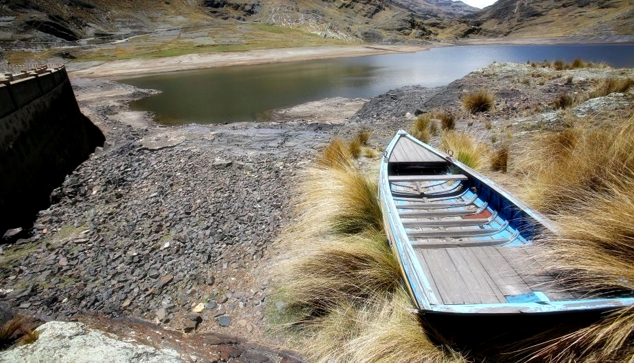 BOL01. HAMPATURI (BOLIVIA), 16/11/2016.- Vista de la represa de Hampaturi en La Paz (Bolivia) hoy, miércoles 16 de noviembre de 2016, en estado de sequía, lo que provocado racionamientos de agua para alrededor de 340.000 bolivianos. El problema ha provocado que el presidente Evo Morales destituya a dos autoridades por su mala gestión ante la sequía. EFE/MARTIN ALIPAZ