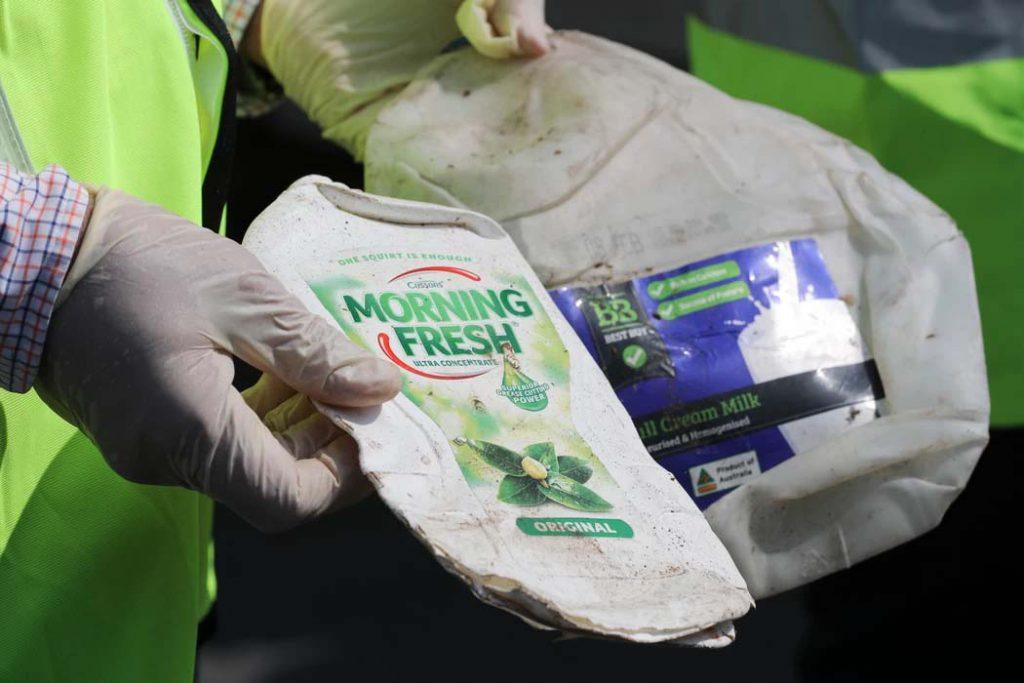 Funcionarios del Ministerio de Medio Ambiente muestran muestras del envío de desechos plásticos desde Australia a Port Klang, Malasia, el martes 28 de mayo de 2019. (Foto AP / Vincent Thian)